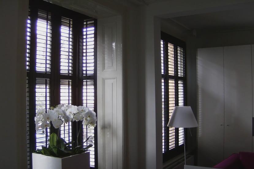 Allure shutters lamellen shutters omgeving oss den for Raamdecoratie hout